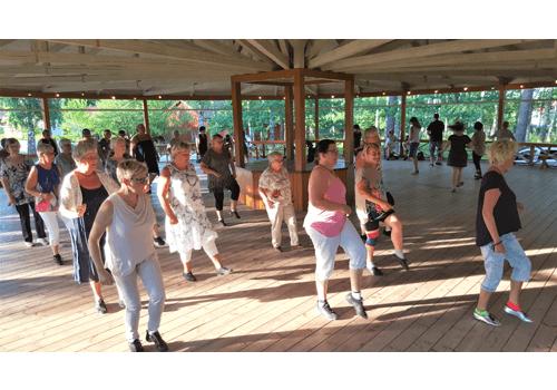 Dansare under vår öppendans på dansbanan i Gamla Linköping