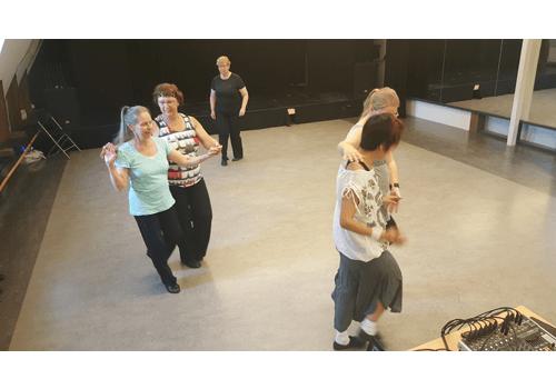 Våra dansare tränar på partnerlinedance